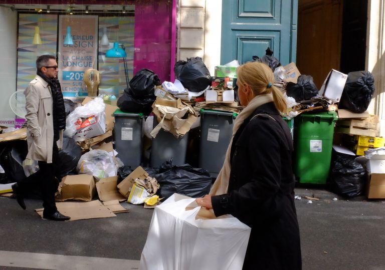 Παρίσι: Στα σκουπίδια πνίγεται μέρος της πόλης | tovima.gr