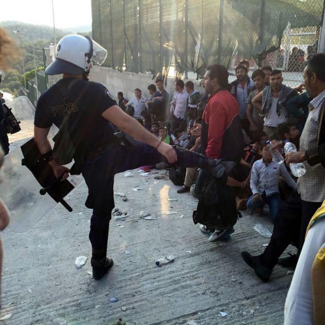 Διατάχθηκε έρευνα για τον αστυνομικό που κλώτσησε πρόσφυγα στη Λέσβο | tovima.gr