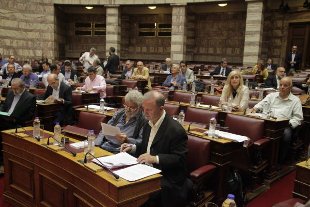 Αντίθετα τα κόμματα της αντιπολίτευσης στο πολυνομοσχέδιο | tovima.gr