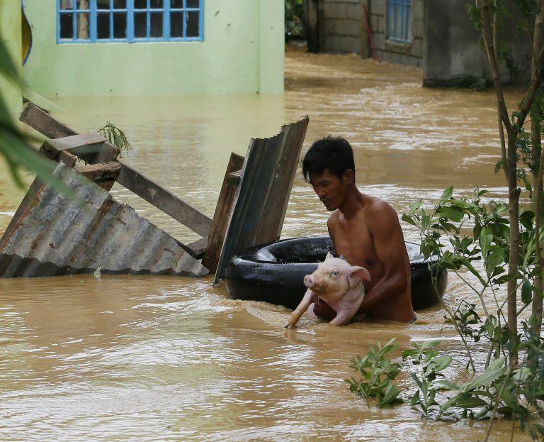 Φιλιππίνες: Πάνω στις στέγες  οι πλημμυροπαθείς, περιμένουν βοήθεια | tovima.gr
