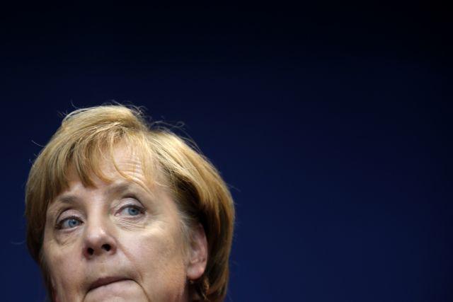 Οι χειρισμοί Μέρκελ στο προσφυγικό «βυθίζουν» το κόμμα της | tovima.gr