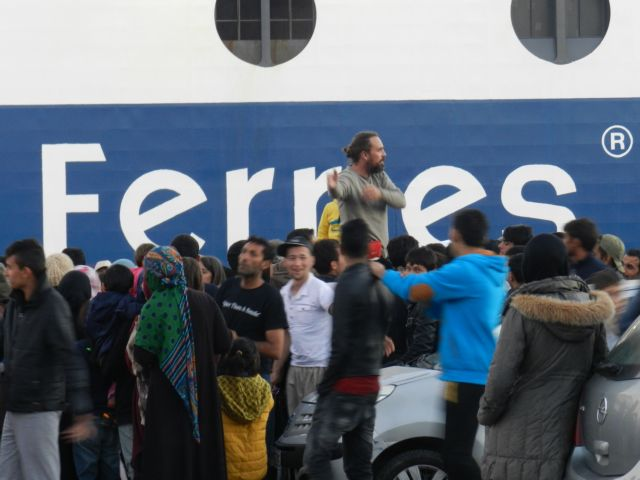 About 3,000 refugees to arrive in Piraeus on Monday morning | tovima.gr