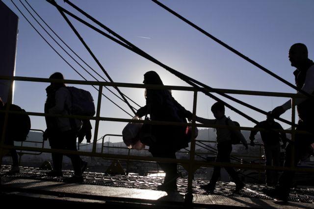 Over 3,000 refugees arrived in Piraeus on Monday morning | tovima.gr