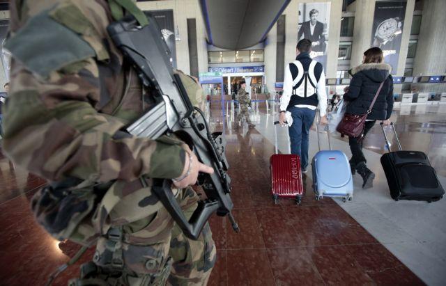Η Γαλλία ζητά αυστηρότερους ελέγχους για τους ευρωπαίους ταξιδιώτες | tovima.gr