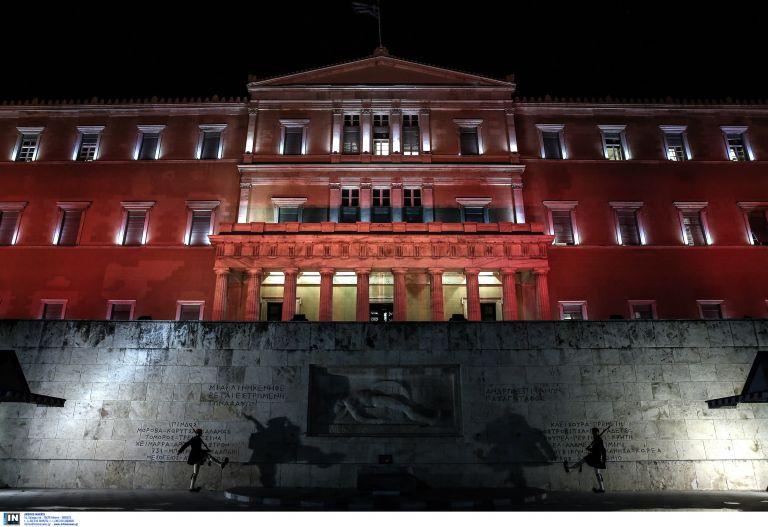 Συνελήφθη με drone έξω από τη Βουλή να βιντεοσκοπεί τον προαύλιο χώρο | tovima.gr