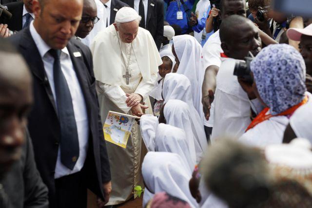 Πάπας στο τέμενος του Μπανγκί: Χριστιανοί και μουσουλμάνοι είναι αδέλφια | tovima.gr