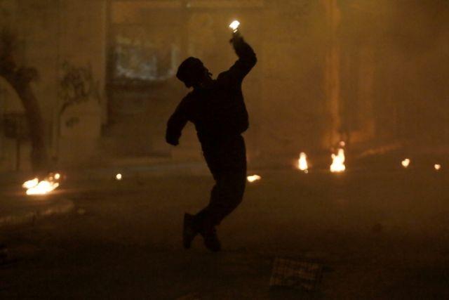 Επίθεση με μολότοφ εναντίον διμοιρίας των ΜΑΤ στην Πατησίων   tovima.gr