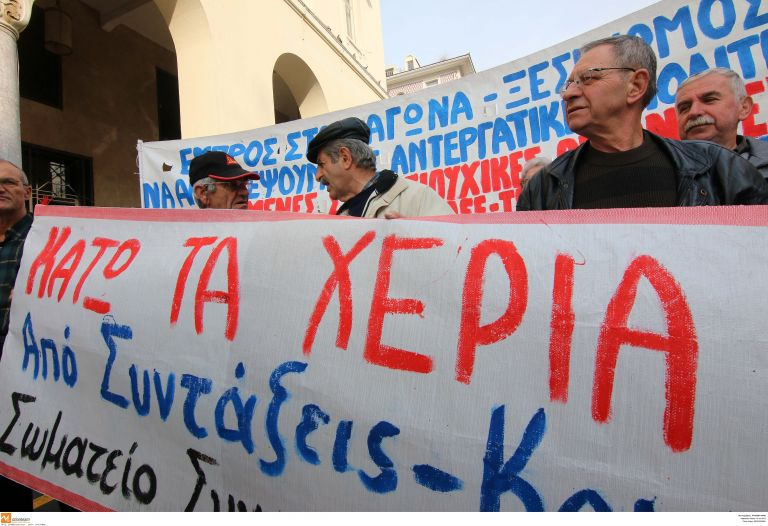 Μειώσεις νέων συντάξεων και περικοπές σε συνταξιούχους που λαμβάνουν συνολικά πάνω από 1.300 ευρώ | tovima.gr
