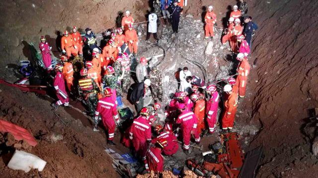 Ανάσυρση επιζώντα από το «βουνό λάσπης» στο Σενζέν της Κίνας | tovima.gr