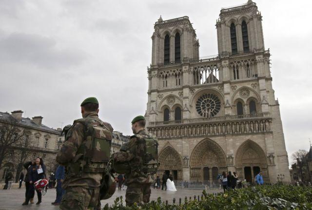 Λιγότεροι τουρίστες, περισσότεροι στρατιώτες στους δρόμους του Παρισιού | tovima.gr