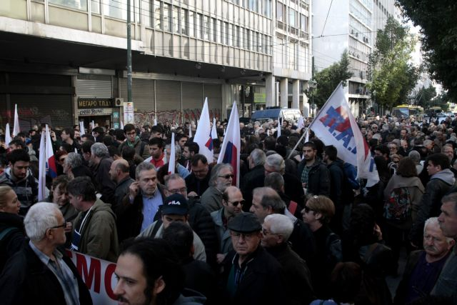 Riot police clashes with PAME protesters outside Parliament | tovima.gr