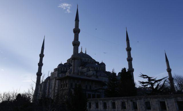 Εκαντοντάδες Τούρκοι προσευχήθηκαν έξω από την Αγία Σοφία (video) | tovima.gr