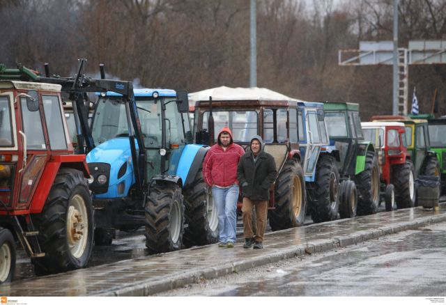 Farmers escalate protest actions and begin setting up road blocks | tovima.gr