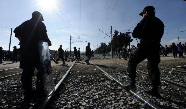 Tension at Idomeni as refugees break through police lines | tovima.gr