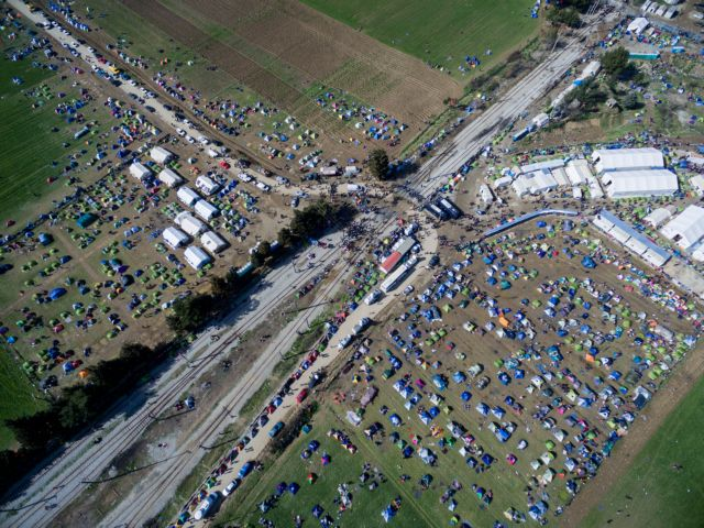 About 10,000 refugees remain stranded on the border at Idomeni | tovima.gr