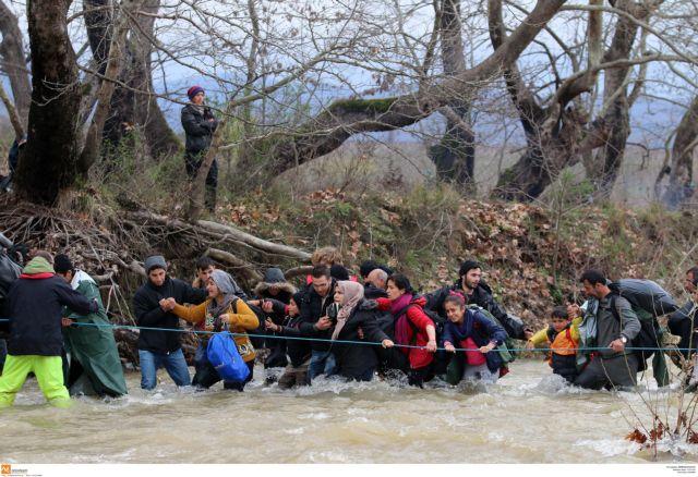 Refugees attempt en masse to cross over into FYROM on Clean Monday | tovima.gr