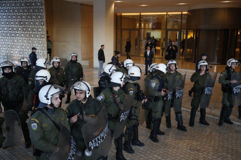 'Rouvikonas' anarchist group invades the Hilton Hotel | tovima.gr