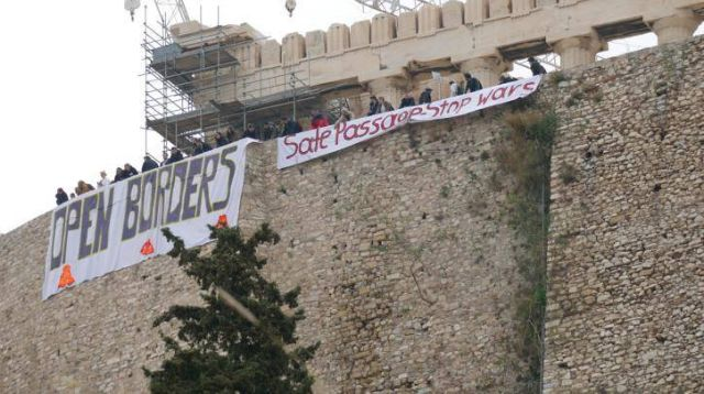 Activists place banner on the Acropolis for open borders | tovima.gr
