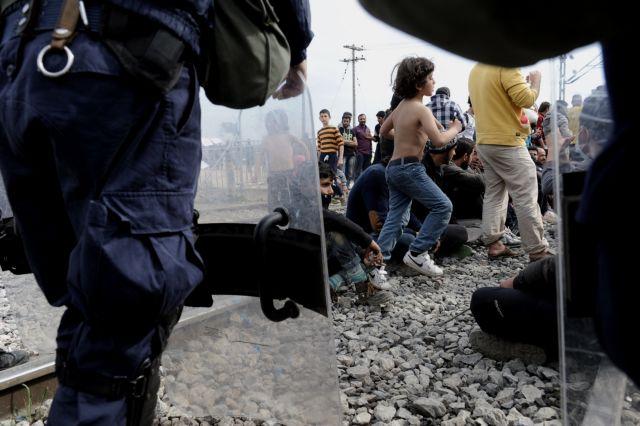 Νέα ένταση στην Ειδομένη-Πρόσφυγες προσπάθησαν να ρίξουν τον φράχτη | tovima.gr
