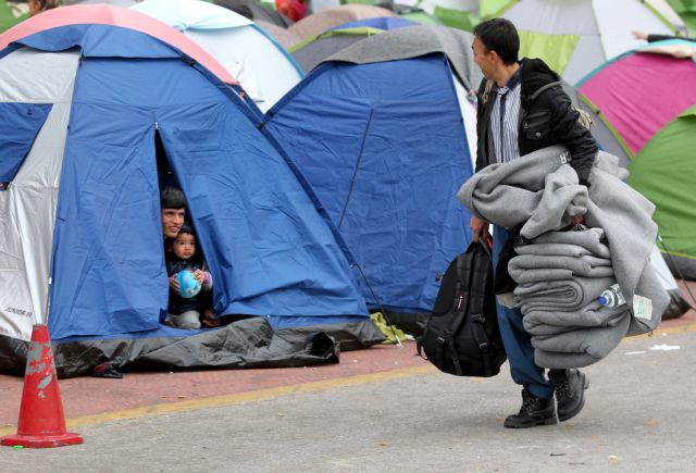 Flow of refugees towards the port of Piraeus reduced | tovima.gr