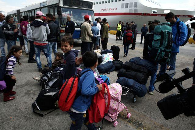 Piraeus: Migrants and refugees being transferred to Skaramangas | tovima.gr