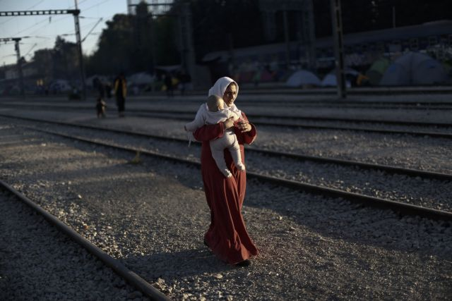 Idomeni: Migrants and refugees re-occupy railroad line | tovima.gr