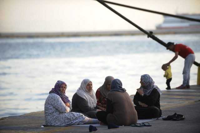 Piraeus: 2,680 migrants and refugees remain at the port | tovima.gr