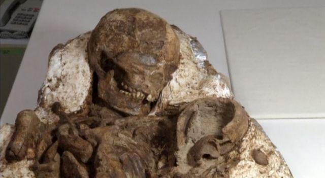Απολίθωμα μητέρας που κρατά αγκαλιά το μωρό της εδώ και 4.800 χρόνια | tovima.gr