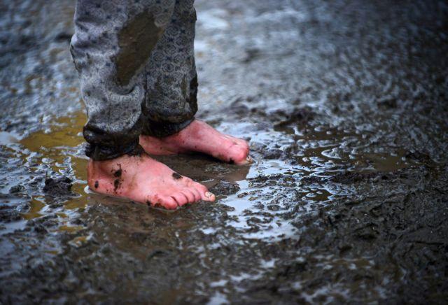 Heavy rainfall turns Idomeni camp into an endless mudflat | tovima.gr