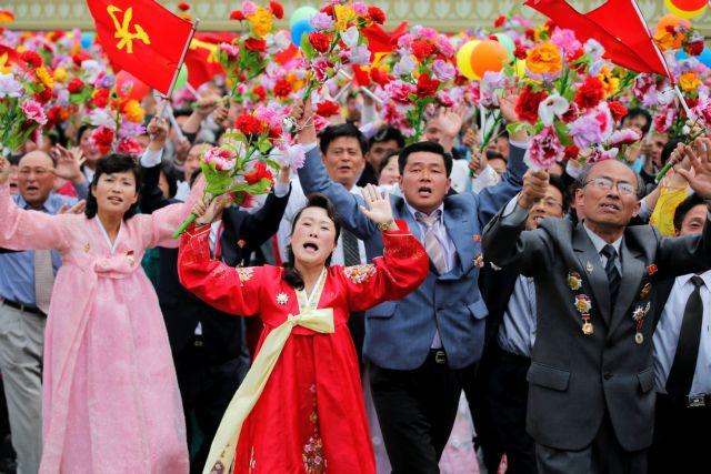 Β.Κορέα: Θάλασσα από ροδοπέταλα και λατρεία για τον Κιμ Γιονγκ-Ουν | tovima.gr