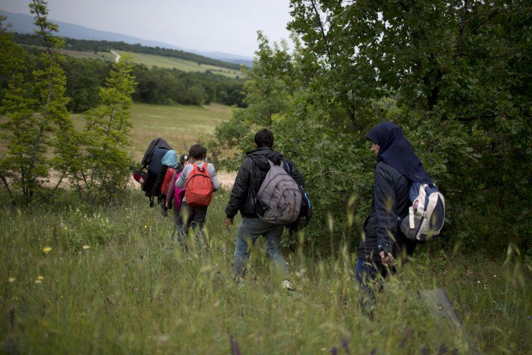 Διακινητές στην πΓΔΜ δημιουργούν ανοίγματα στη Βαλκανική Οδό   tovima.gr