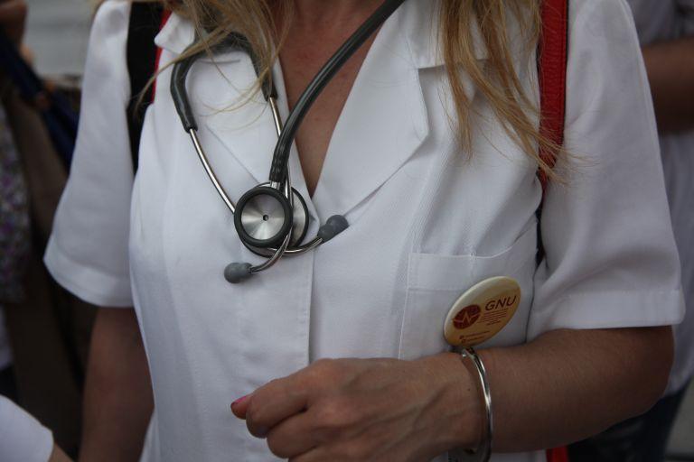Αναστέλλεται κάθε μισθολογική ωρίμανση και προαγωγή για τα ειδικά μισθολόγια για 2 χρόνια | tovima.gr