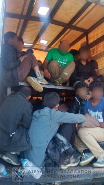 Είχε κρύψει 57 μετανάστες στην καρότσα του φορτηγού | tovima.gr