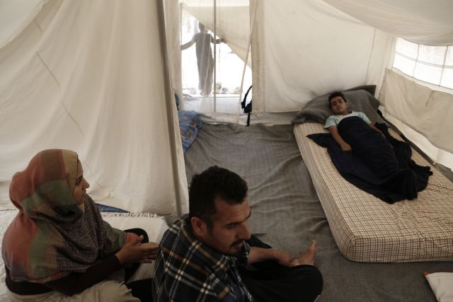 Chios: 50 Syrian and Iraqi refugees continue hunger strike | tovima.gr