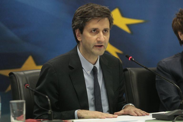 Χουλιαράκης δείχνει Καμμένο για την περικοπή των ειδικών μισθολογίων | tovima.gr
