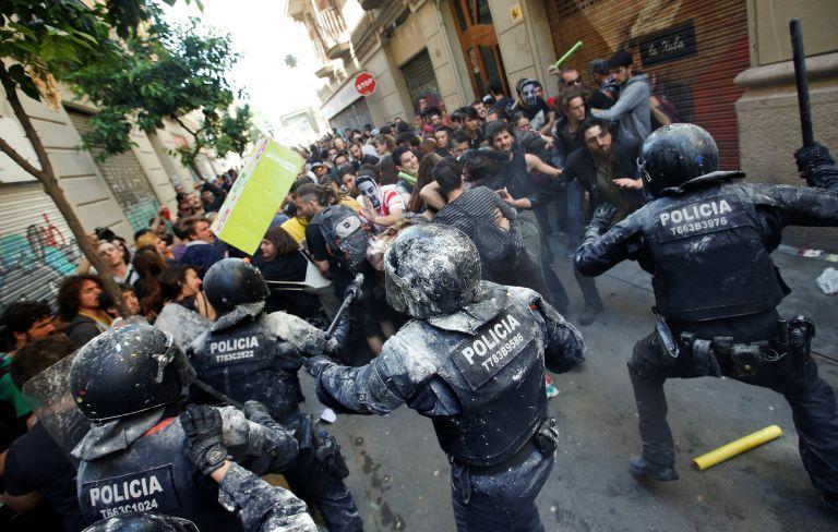 Χιλιάδες στους δρόμους της Βαρκελώνης κατά της ανεξαρτησίας της Καταλονίας   tovima.gr