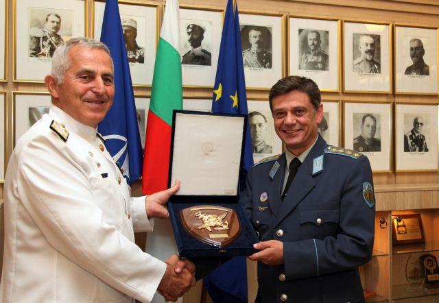 Chief of HNDGS meets Buglarian Chief of Defense in Sofia | tovima.gr
