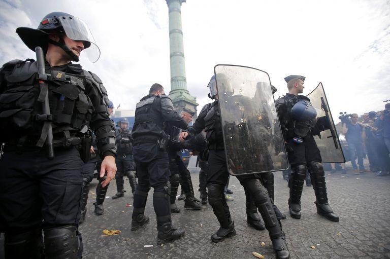Στον ανακριτή ο υπεύθυνος ασφαλείας Μακρόν για ξυλοδαρμό στη διαδήλωση της 1ης Μαίου | tovima.gr