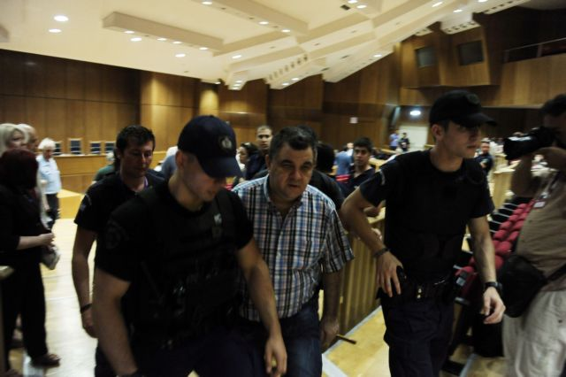 Roupakias assaults photojournalist at Golden Dawn trial   tovima.gr