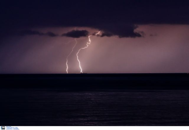 Late-night thunderstorms flood the streets of Volos | tovima.gr