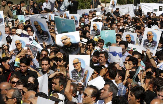 Χιλιάδες Ιρανοί αποχαιρέτησαν τον σπουδαίο σκηνοθέτη Αμπάς Κιαροστάμι | tovima.gr
