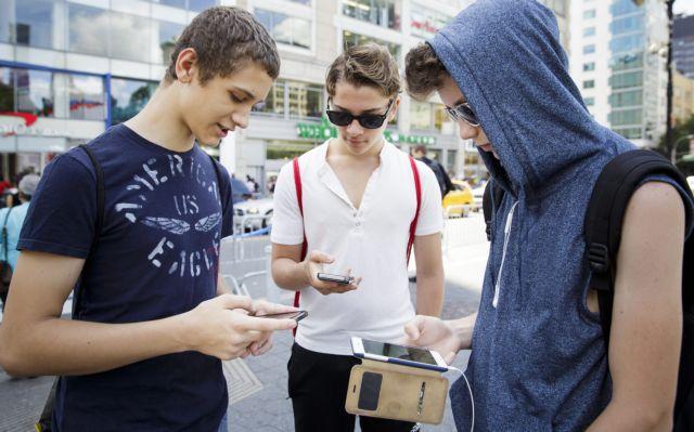 Στα όρια του εθισμού η σχέση με smartphones και tablets | tovima.gr