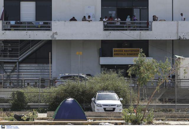 Χειροπέδες σε τρεις για τη δολοφονία νεαρού πρόσφυγα στο Ελληνικό | tovima.gr