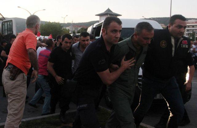 Τουρκία: Στο στόχαστρο ο κρατικός μηχανισμός με διώξεις στο δημόσιο – Περιορισμούς εξόδου στους δημοσίους υπαλλήλους   tovima.gr