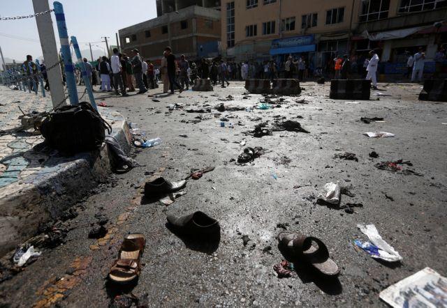 Δεκάδες νεκροί από επίθεση αυτοκτονίας κατά διαδηλωτών στην Καμπούλ | tovima.gr
