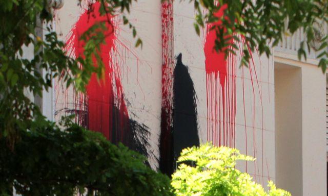 Πάτρα: Επίθεση με μπογιές στο βρετανικό υποπροξενείο και το Γαλλικό Ινστιτούτο   tovima.gr