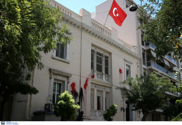 'Rouvikomas' stages protest outside Turkish embassy | tovima.gr