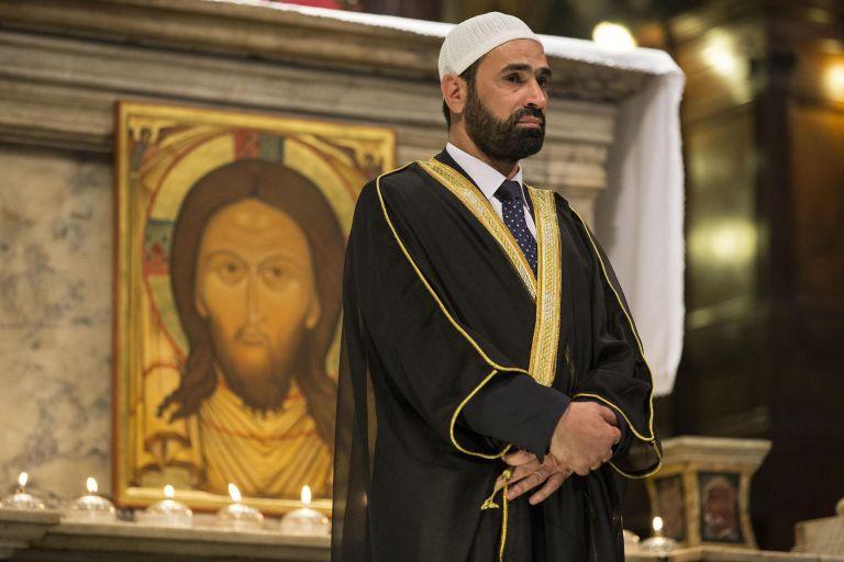Μουσουλμάνοι στον καθεδρικό της Ρουέν στη μνήμη του δολοφονημένου ιερέα   tovima.gr