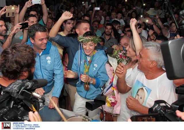 Anna Korakaki receives a hero's welcome upon her return home | tovima.gr