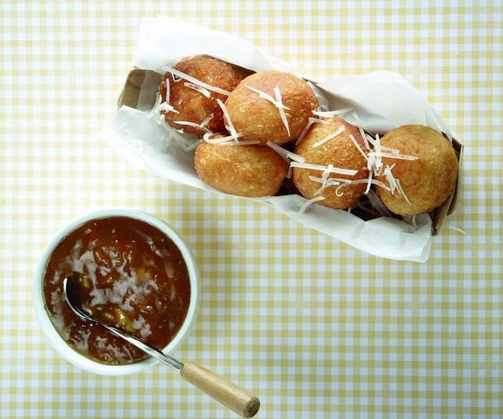 Τυροκροκέτες με γλυκόξινη σάλτσα από πορτοκάλι και κύμινο | tovima.gr